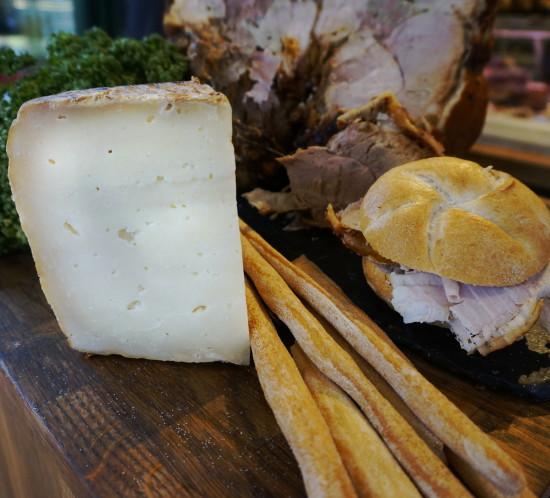Knusprige Porchetta, dazu würziger Pecorino und hausgemachte Grissini: Ein wahrlich italienischer Genuss.
